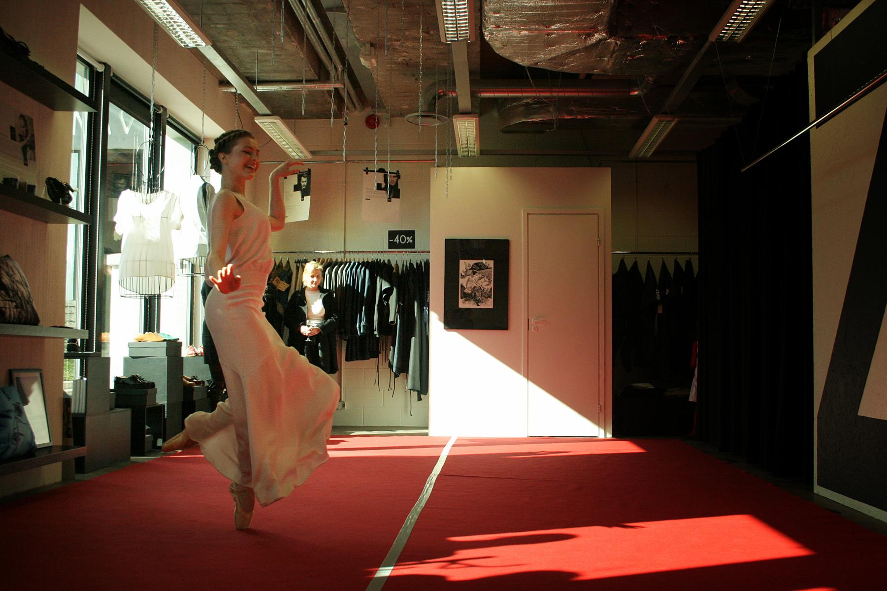 066535de599de545 Moedisainer Kaidi Kuuri suvist kollektsioon FLOWING MIRAGE esitlesid tantsijannad