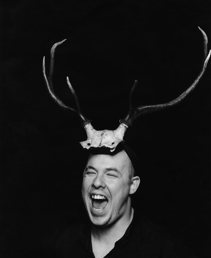 1  portrait of alexander mcqueen 19972 839x1024 Alexander McQueen ‒ täht moetaevas
