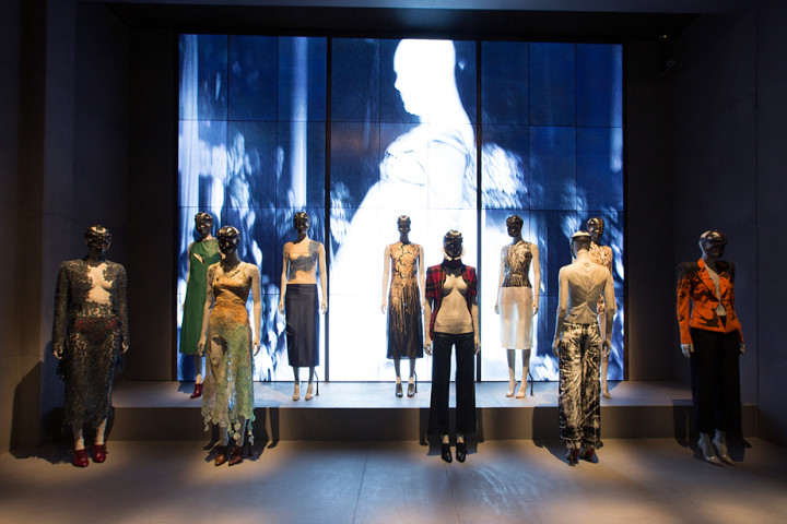 1. Installation view of London gallery Alexander McQueen Savage Beauty at the VA c Victoria and Albert Museum London 720x480 Alexander McQueen ‒ täht moetaevas