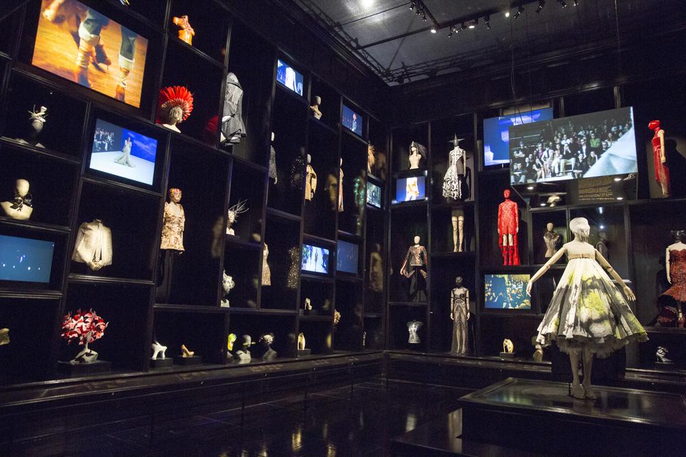 6. Installation view of  Cabinet of Curiosities gallery Alexander McQueen Savage Beauty at the VA c Victoria and Albert Museum LondonS1 Alexander McQueen ‒ täht moetaevas