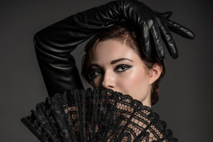Riina O Carmela black gloves with fan 720x480 Luksuslik elegants ootab kandjat