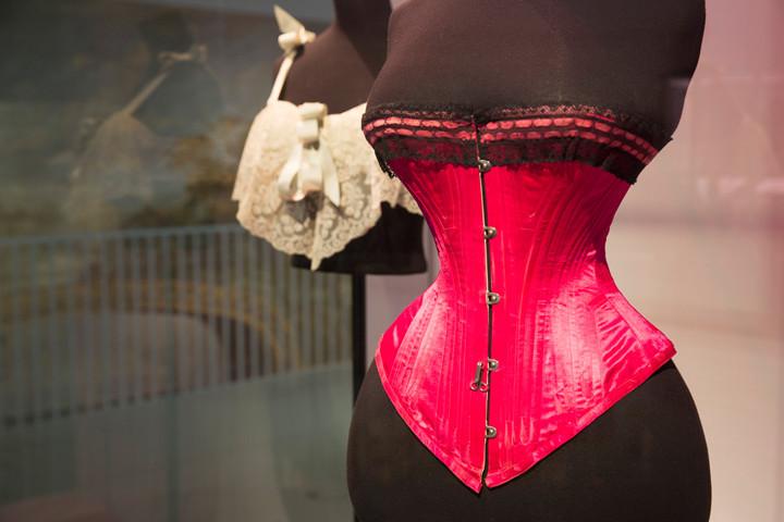 6. Installation view of Undressed A Brief History of Underwear 16 April 2016   12 March 2017 c Victoria and Albert Museum London 720x480 Pesu lühiajalugu lahtiriietatult