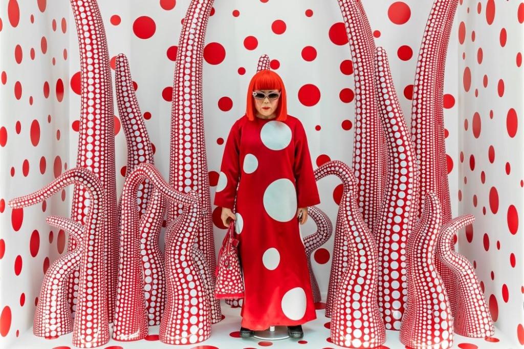 Kusama Yayoi Louis Vuitton shop window display with Tentacles  2012 2015 ModernaMuseet press 1050x700 1024x682 Valju kõlaga täpid