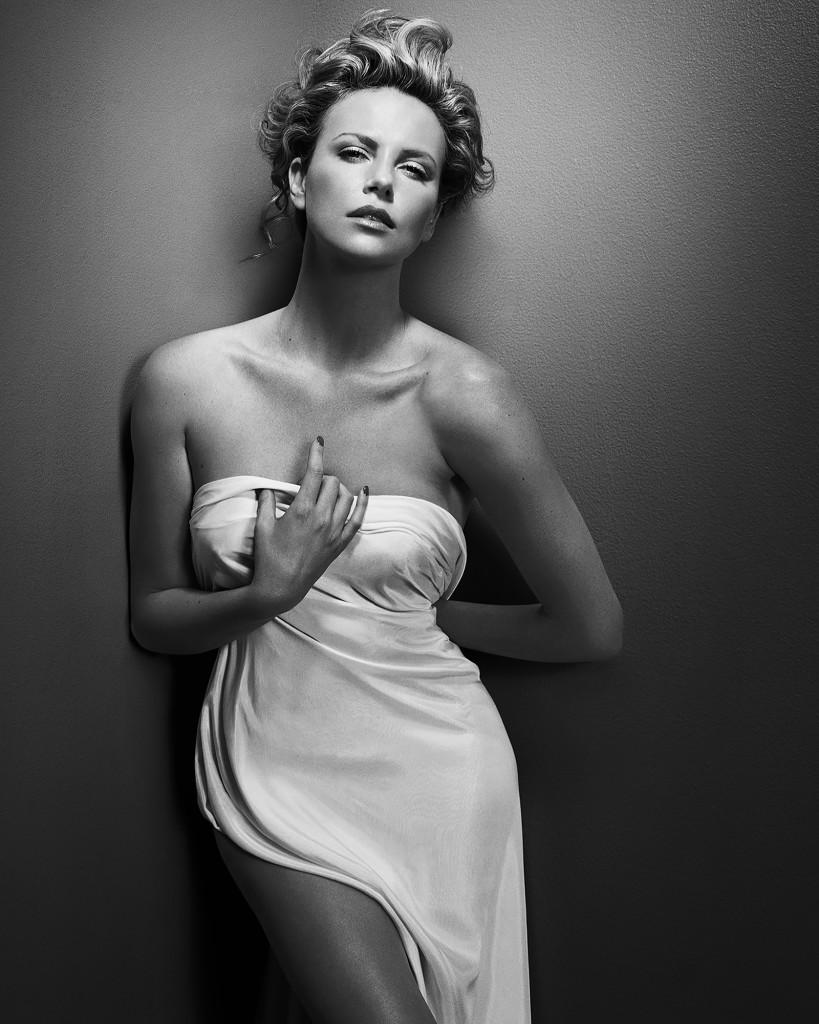 © Vincent Peters Charlize Theron 819x1024 Vincent Petersi intiimsed ja tundlikud portreed