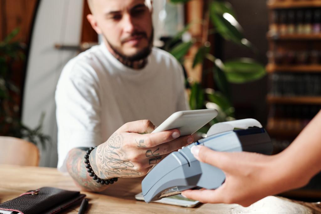 paying with smartphone 1024x682 Krüptoraha veider maailm: kuidas seda uut maksevahendit kasutada?