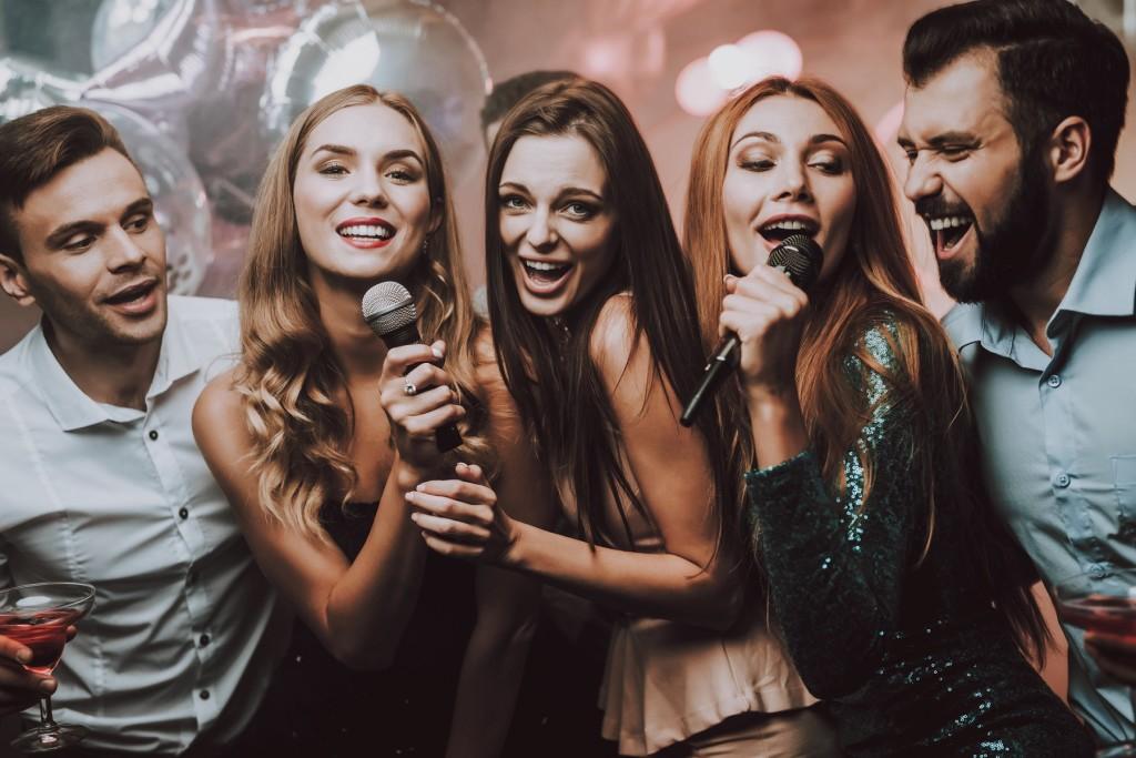 group of friends singing karaoke 1024x683 Vahvad tegevused toas